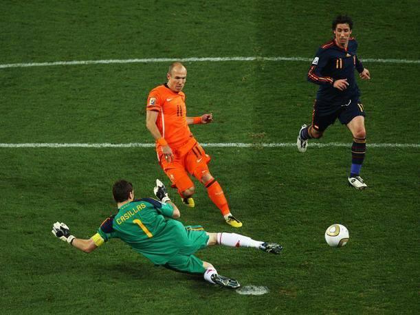 Atajadón de Iker a Arjen Robben en la final del Mundial de Sudáfrica, ganada en tiempo extra